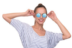 Jovem mulher de sorriso que veste óculos de sol modernos imagem de stock
