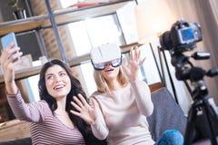Jovem mulher deleitada que veste os vidros 3d Fotos de Stock Royalty Free