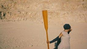 Jovem mulher delgada com uma pá contra as montanhas Sonho fantástico video estoque