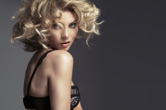 Jovem mulher delicada com penteado encaracolado Imagens de Stock Royalty Free