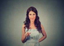 Jovem mulher desagradada irritada que aponta na câmera foto de stock