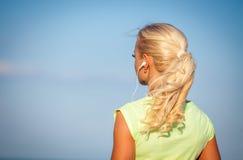 Jovem mulher desportiva atrativa que está na praia Fotografia de Stock