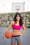 Jovem mulher desportiva que joga a cesta fora Fotografia de Stock Royalty Free