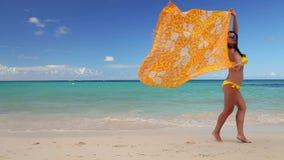 Jovem mulher despreocupada que relaxa na praia de Punta Cana F?rias do Cararibe Rep?blica Dominicana video estoque