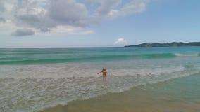 Jovem mulher despreocupada que relaxa na praia ex?tica F?rias tropicais das cara?bas video estoque