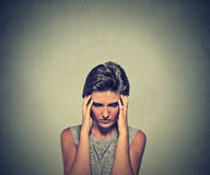 Jovem mulher do close up forçada com dor de cabeça foto de stock royalty free