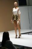 Jovem mulher do desfile de moda da expo de Lingrie em um vestido com flores Imagem de Stock Royalty Free