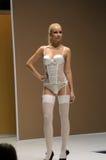 Jovem mulher do desfile de moda da expo de Lingrie nas meias brancas e no outono da roupa interior Fotografia de Stock