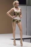 Jovem mulher do desfile de moda da expo de Moscou Lingrie na blusa e short com flores Imagem de Stock