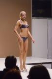 Jovem mulher do desfile de moda da expo de Moscou Lingrie no lingrie preto Fotos de Stock