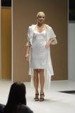 Jovem mulher do desfile de moda da expo de Moscou Lingrie no outono branco do olhar Imagens de Stock Royalty Free