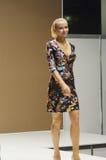 Jovem mulher do desfile de moda da expo de Moscou Lingrie no vestido preto com flores Fotografia de Stock