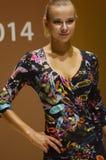 A jovem mulher do desfile de moda da expo de Moscou Lingrie no vestido preto com flores fecha-se acima Imagens de Stock