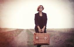 Jovem mulher do estilo com mala de viagem Imagem de Stock