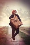 Jovem mulher do estilo com mala de viagem Foto de Stock Royalty Free