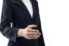 Jovem mulher do negócio com a mão aberta pronta para selar um negócio, aperto de mão com executivos, etiqueta do negócio, felicit foto de stock royalty free