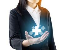 A jovem mulher do negócio que veste a mostra preta da mão da posição do terno mais o sinal, coisa positiva da oferta, representa  fotos de stock