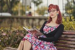 Jovem mulher do Pinup na roupa do estilo do vintage Imagem de Stock