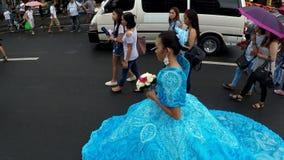 Jovem mulher do préstito da flor de maio no traquinagem ornamentado do vestido a rua video estoque