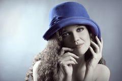 Jovem mulher do retrato da forma no chapéu Fotos de Stock Royalty Free