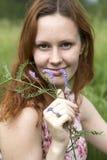 Jovem mulher do retrato na grama Imagem de Stock Royalty Free