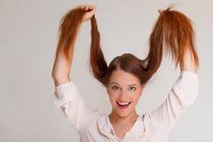 Jovem mulher do ruivo que guarda seu cabelo Imagens de Stock Royalty Free
