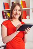 Mulher que guardara o PC da tabuleta Foto de Stock