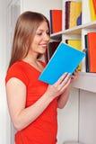 Mulher que lê uma novela Fotos de Stock Royalty Free