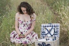 Jovem mulher do suor que guarda algumas cerejas Foto de Stock Royalty Free