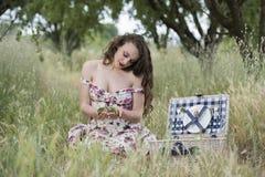 Jovem mulher do suor que guarda algumas cerejas Imagem de Stock Royalty Free