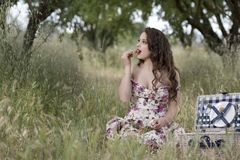 Jovem mulher do suor que guarda algumas cerejas Imagens de Stock Royalty Free