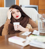 Jovem mulher doente com medicamentações Imagem de Stock