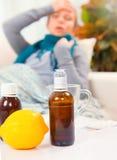 Jovem mulher doente em casa flu fotos de stock
