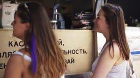 Jovem mulher dois em costurar o quiosque fora no evento do verão video estoque