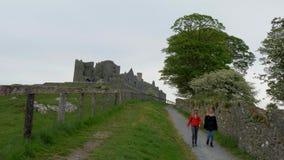 Jovem mulher dois em uma viagem sightseeing à rocha de Cashel na Irlanda filme