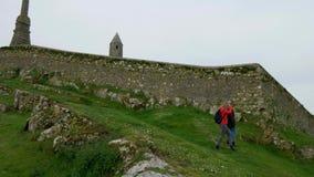 Jovem mulher dois em uma viagem sightseeing à rocha de Cashel na Irlanda vídeos de arquivo