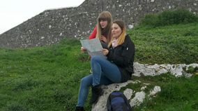 Jovem mulher dois em uma viagem sightseeing à rocha de Cashel na Irlanda video estoque