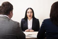 Jovem mulher durante a entrevista de trabalho e os membros dos managemen imagem de stock royalty free
