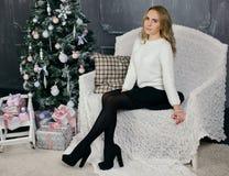 Jovem mulher durante preparações para o Natal em casa Foto de Stock
