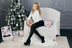 Jovem mulher durante preparações para o Natal em casa Fotografia de Stock Royalty Free