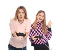 Jovem mulher e adolescente que jogam jogos de v?deo imagem de stock royalty free