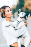 Jovem mulher e buldogue francês foto de stock royalty free