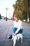 Jovem mulher e buldogue francês fotografia de stock