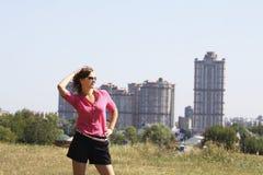 Jovem mulher e casas multistoried Imagens de Stock Royalty Free