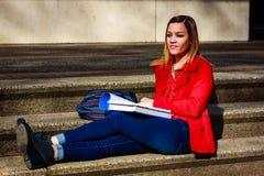 Jovem mulher e estudante universitário bonitas imagem de stock royalty free
