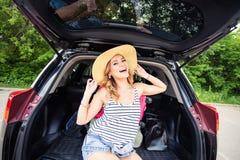 Jovem mulher e mala de viagem Conceito das férias Viagem do carro Mulher nova na praia do console de Formentera Menina que viaja  Imagem de Stock