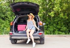 Jovem mulher e mala de viagem Conceito das férias Viagem do carro Mulher nova na praia do console de Formentera Menina que viaja  Fotografia de Stock