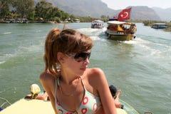 Jovem mulher e o barco Fotos de Stock