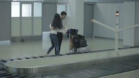 A jovem mulher e o homem puseram sua bagagem ao trole vídeos de arquivo
