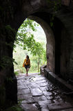Jovem mulher e a porta da parede da cidade antiga Fotografia de Stock Royalty Free